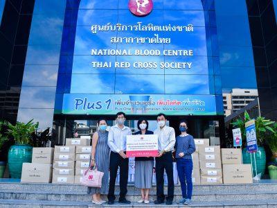 ผู้บริหารมอบเจลแอลกอฮอลล์ให้ตัวแทยสภากาชาดไทย