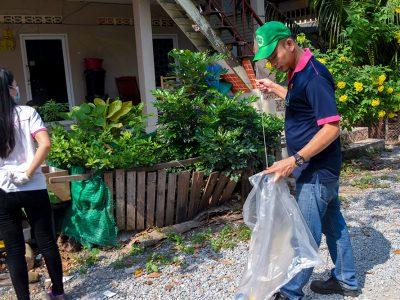 พนักงานเอ.เบสท์ทิ้งขยะใส่ถุงขยะ