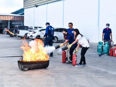 พนักงานโรงงานบรรจุภัณฑ์เครื่องสำอางช่วยกันดับเพลิงในการอบรม