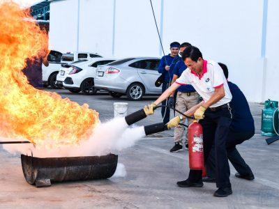 ผู้บริหารโรงงานบรรจุภัณฑ์เครื่องสำอางช่วยกันดับเพลิงอัคคีภัยในการอบรม