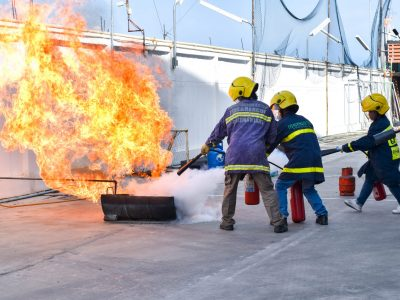 พนักงานสี่คนโรงงานบรรจุภัณฑ์เครื่องสำอางช่วยกันดับเพลิงในการอบรม
