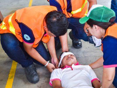 แผนกพยาบาลได้ทำการพันผ้าบนศรีษะของผู้บาดเจ็บในการซ้อมอพยพหนีไฟ