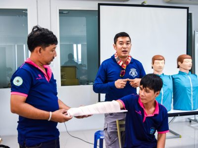 วิทยากรที่สถานที่ดับเพลิงเขตบางขุนเทียน สอนวิธีการปฐมพยาบาลเบื้องต้นโดยให้พนักงานเอ.เบสท์มาสาธิต