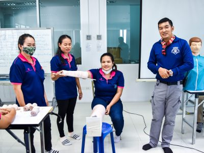 วิทยากรที่สถานที่ดับเพลิงเขตบางขุนเทียน สอนวิธีการปฐมพยาบาลเบื้องต้นโดยให้พนักงานผู้หญิงเอ.เบสท์มาสาธิต