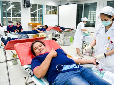 พนักงานผู้หญิงของบริษัทเอ.เบสท์บริจาคเลือดชูเยี่ยมยิ้มแย้ม