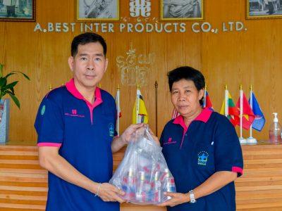 ผู้บริหารโรงงานบรรจุภัณฑ์เครื่องสำอาง แจกเจลแอลกอฮอล์ให้พนักงานหญิง