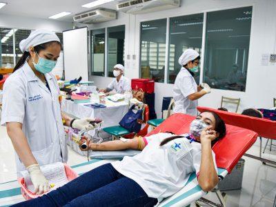 พนักงานผู้หญิงถักเปียสองข้างของบริษัทเอ.เบสท์บริจาคเลือดชุสองนิ้วยิ้มแย้ม
