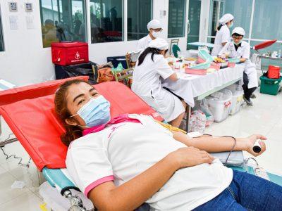 พนักงานผู้หญิงของบริษัทเอ.เบสท์บริจาคเลือด