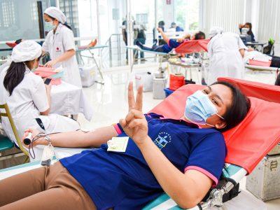 พนักงานผู้หญิงของโรงงานผู้ผลิตและจัดจำหน่ายบรรจุภัณฑ์เครื่องสำอางได้บริจาคเลือด ชูสองนิ้ว