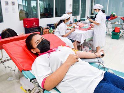 พนักงานผู้หญิงของโรงงานผู้ผลิตและจัดจำหน่ายบรรจุภัณฑ์เครื่องสำอางได้บริจาคเลือด